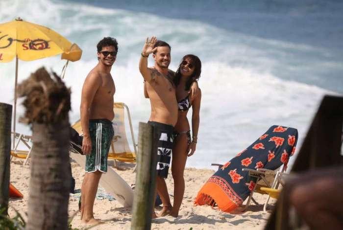 Paulo Vilhena curte praia com a namorada