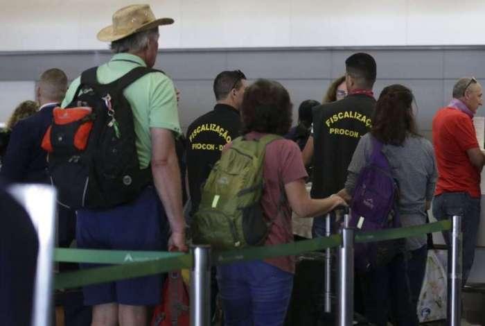 Representantes do Procon participam de blitz para fiscalização da cobrança de bagagem no Aeroporto Internacional de Brasília