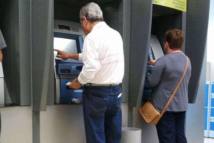 Tribunais abrem contas no Banco do Brasil ou na Caixa Econômica Federal para que os beneficiados possam receber o dinheiro