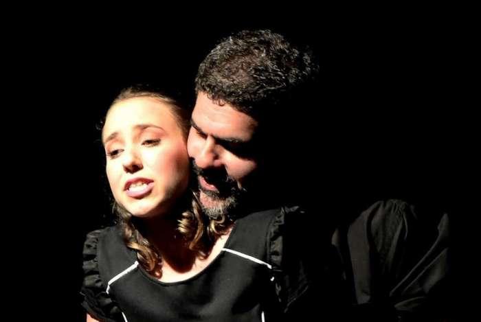 Os atores Letícia Vianna e Lucas Gouvêa em cena, na peça 'Por Elas'