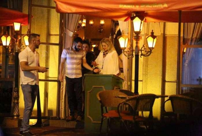 Vera Fischer saindo de restaurante