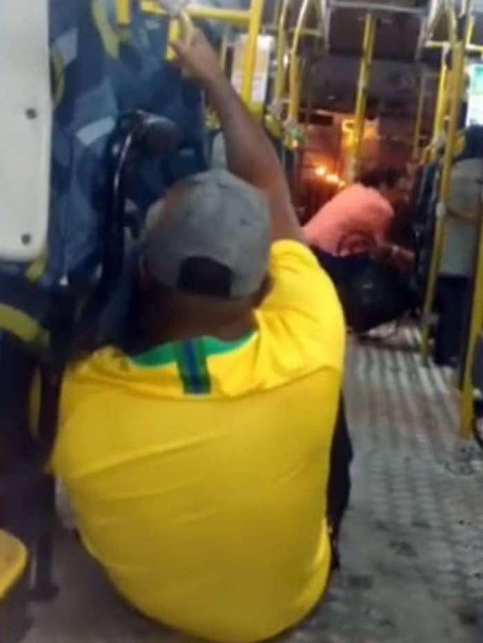 Passageiros se protegem como podem dos disparos na região
