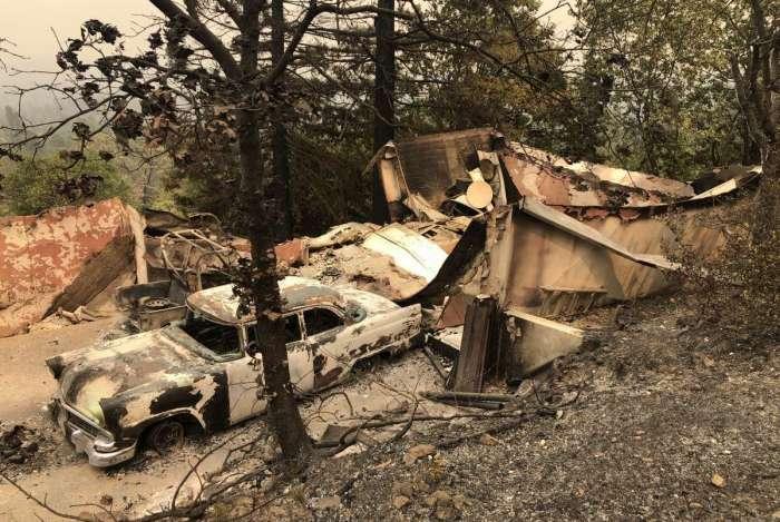 Cerca de 12 mil bombeiros lutam contra chamas de 17 grandes incêndios que avançam na Califórnia, alimentados pela seca e ventos, e que mataram pelo menos sete pessoas