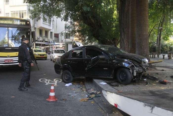 Criminosos bateram com o carro na praça após roubo a pedestres