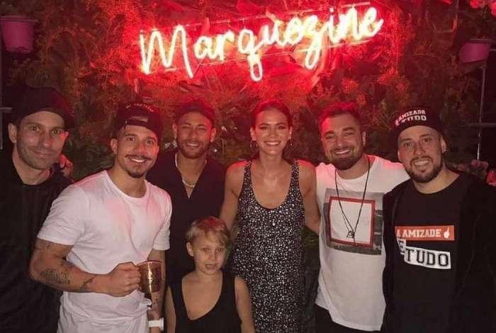 Bruna Marquezine e Neymar posam com integrantes do grupo Jeito Moleque, que tocou na festa de aniversário da atriz