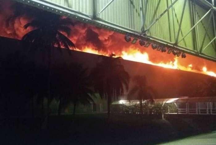 Chamas atingiram telhado do pavilhão 3 na noite de domingo
