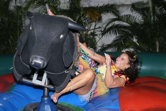 Viviane Araújo se diverte em festa junina no Rio