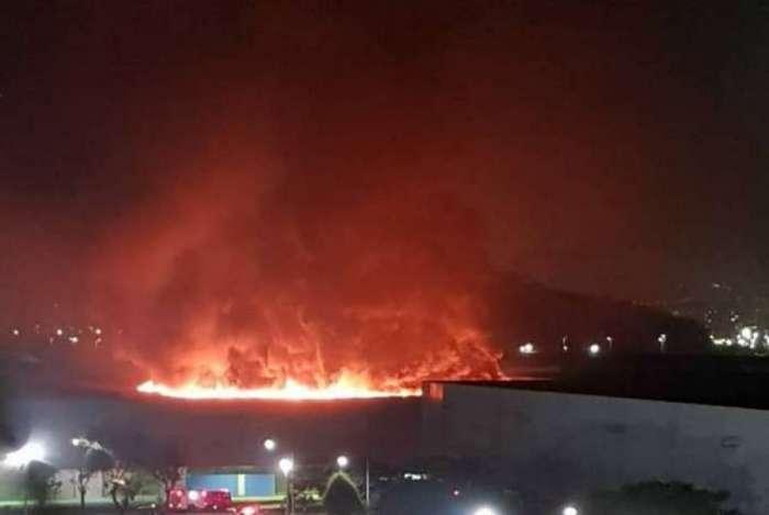Pavilhão 3 do Riocento pegou fogo após a queda de um balão