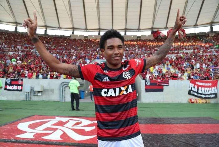 Flamengo apresentou Vitinho á torcida neste domingo