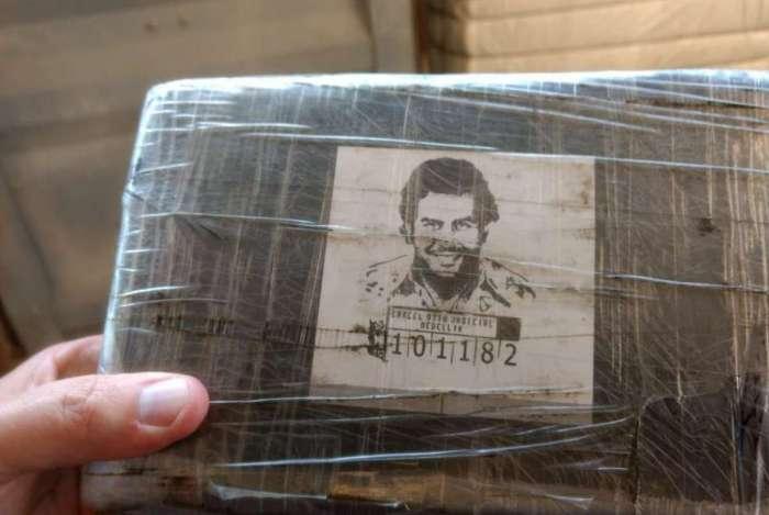 Embalagens da cocaína apreendidas no sábado no Porto do Rio apresentam logomarcas de cartéis colombianos