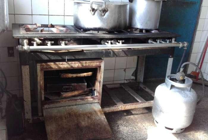 Em unidade municipal de Caxias, fogão vistoriado estava em péssimas condições