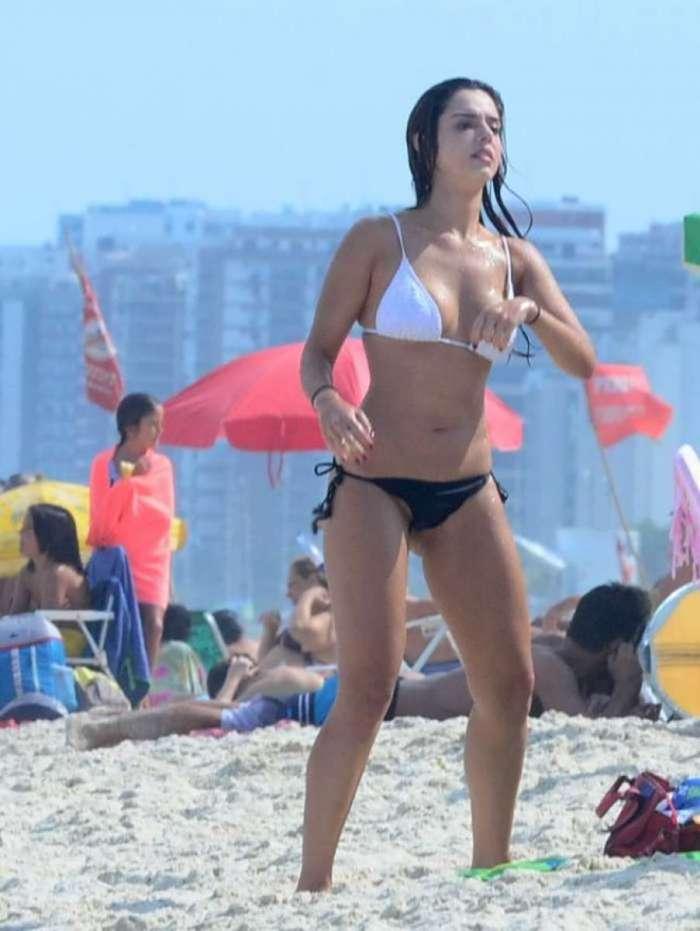 Giovanna Lancellotti curte domingo de folga na praia
