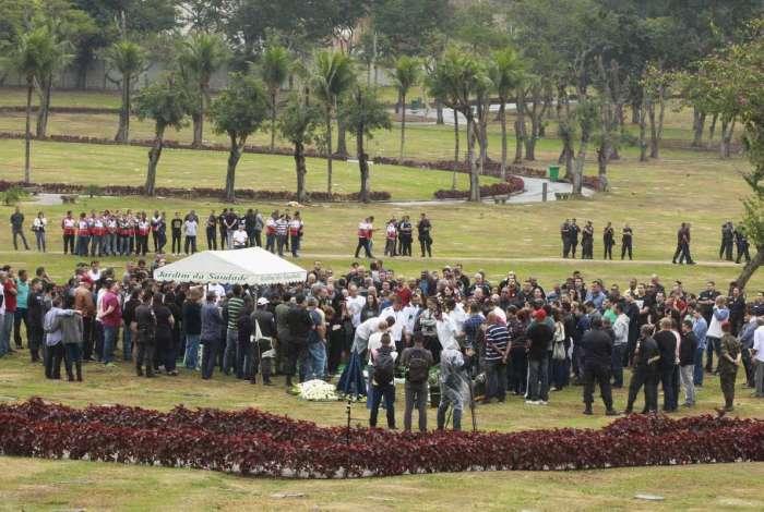 Capitão da Polícia Militar, Diogo Lins Canito, de 34 anos, foi enterrado na manhã desta terça-feira (31), no Cemitério Jardim da Saudade, em Sulacap, Zona Oeste do Rio.