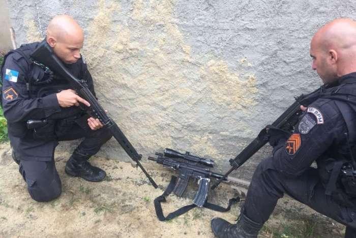 Fuzil apreendido por policiais com criminoso baleado na Cidade de Deus