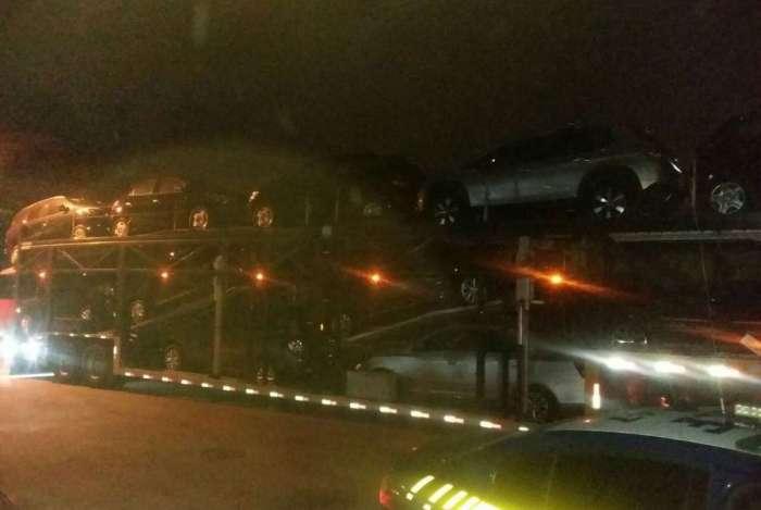 PRF recupera cegonha com 11 carros novos roubada na Dutra