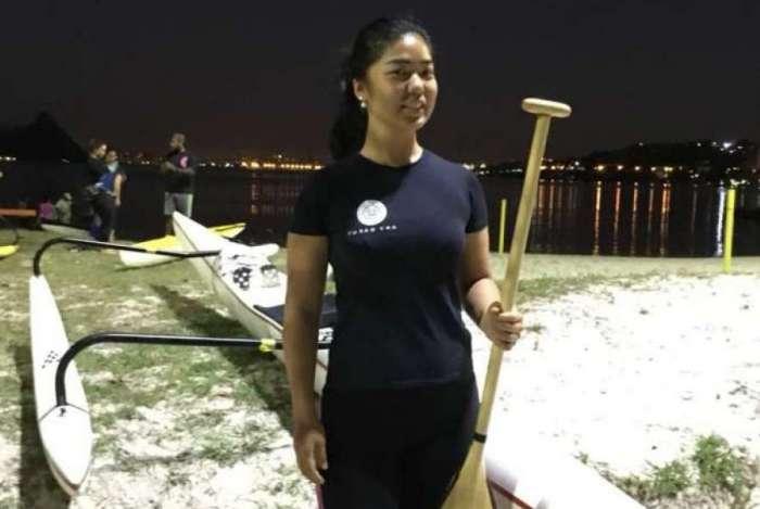 A engenheira Bárbara Togashi, que pratica canoa havaiana em Niterói