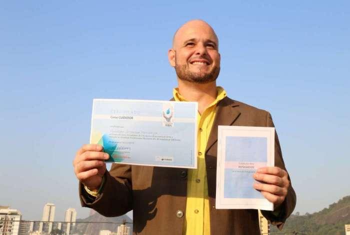 O venezuelano Oswaldo Moncayo, de 41 anos, com o diploma de conclusão do curso: novas perspectivas