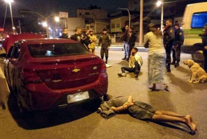 Homem foi baleado quando era feito refém de bandidos. Dois criminosos foram presos na ação, um deles baleado - Reprodução / Internet
