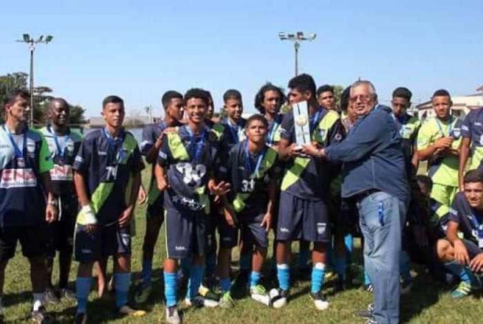 Equipe ergue o troféu após conquista do título
