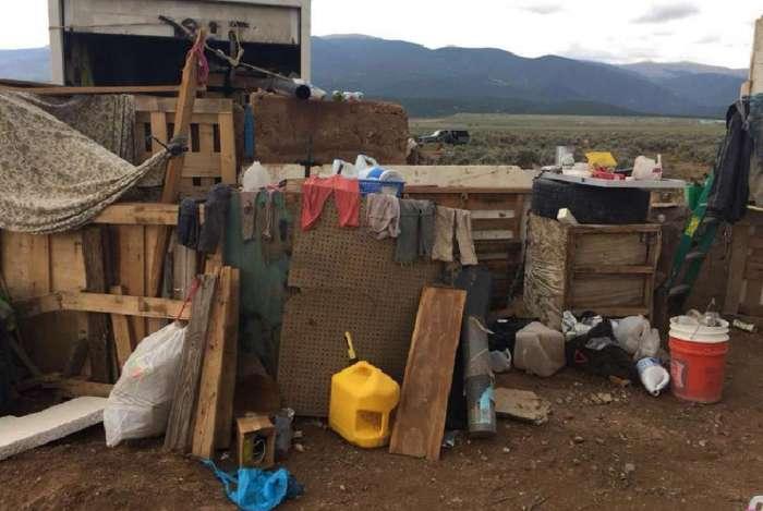 Complexo improvisado em Amalia, Novo México, onde a polícia resgatou 11 crianças e prendeu dois homens armados