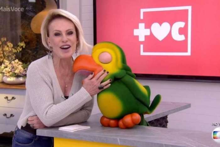 Louro José se confunde e cita nome de programa da RedeTV ao vivo