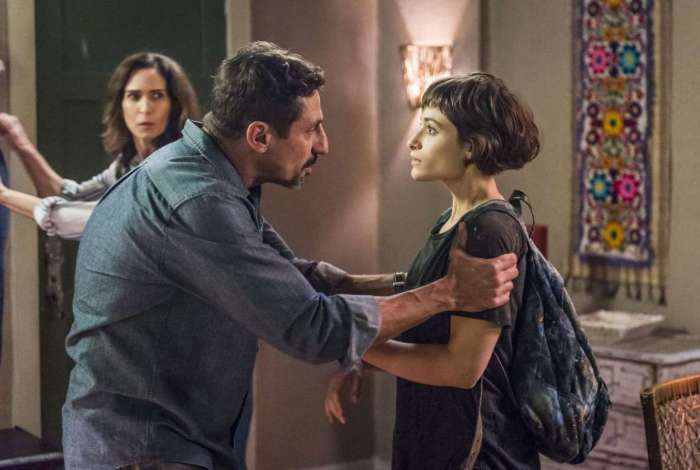 Manuela decide voltar para a casa da família Garcia