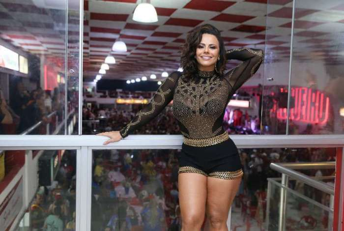 Viviane Araújo no aniversário de um amigo na quadra do Salgueiro