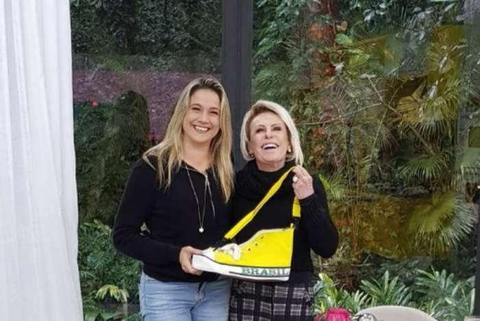 Fernanda Gentil recebe bolsa em forma de sapato de Ana Maria Braga