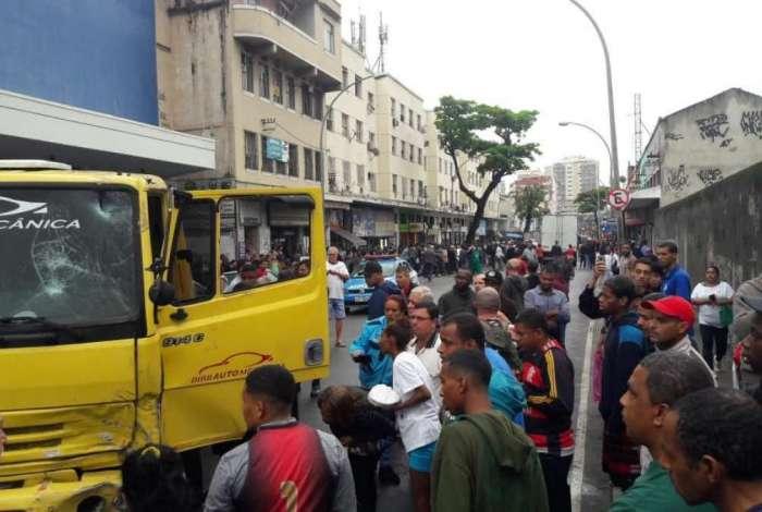 Homem em caminhão atropela pedestres e carros na Penha