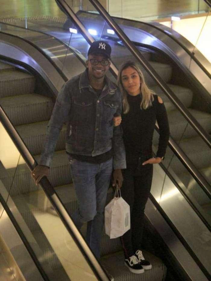 Mumuzinho passeia com a namorada, Thainá Fernandes, em shopping no Rio