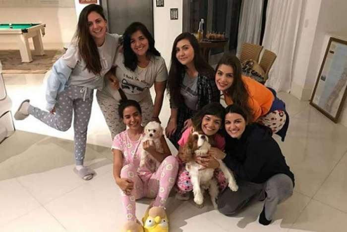 Anitta faz festa do pijama em sua mansão no Rio