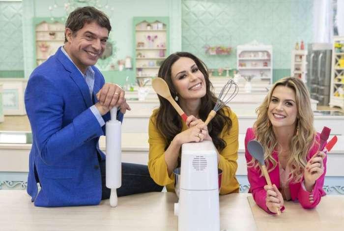 Programa 'Bake Off Brasil', do SBT, com apresentação de Nadja Haddad (a morena), o chef Olivier Anquier e a confeiteira Beca Milano (a loura)