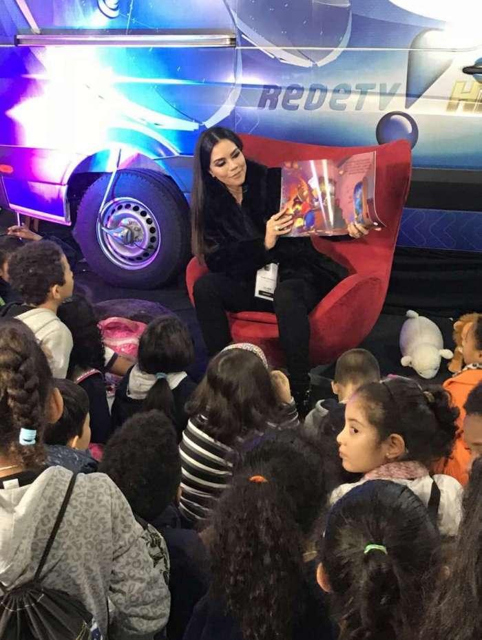 Daniela Albuquerque lendo para crianças na Bienal de São Paulo
