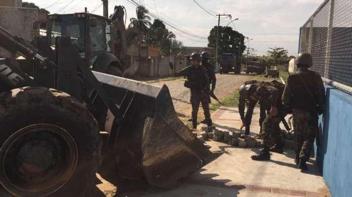 Militares das Forças Armadas fizeram remoção de barricadas em dez ruas em Campos, no Norte do Estado