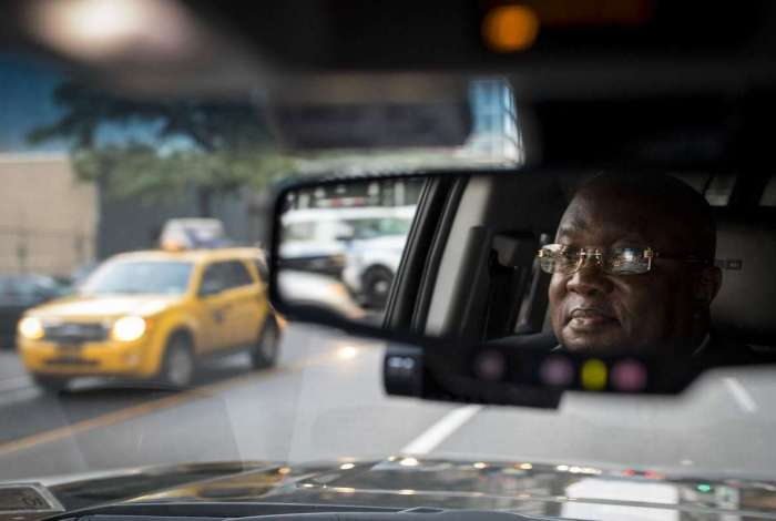 Depois de deixar os passageiros na Broadway, Johan Nijman dirige para a Uber em Manhattan
