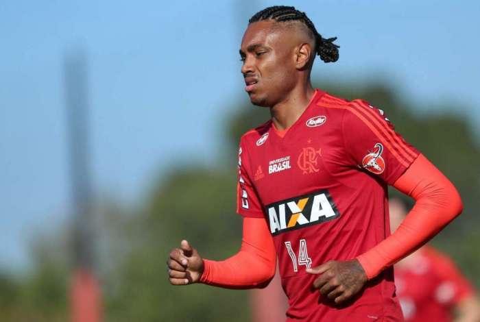 Vitinho, atacante do Flamengo, de visual novo, treina no Ninho do Urubu