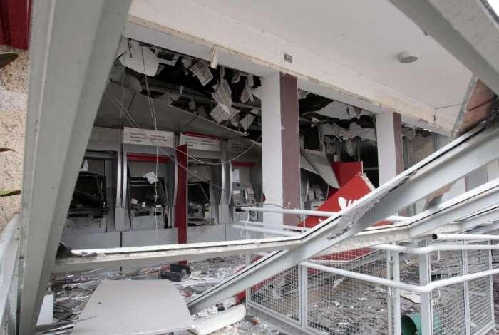 Agência bancária explodida por bandidos na Vila da Penha, em outubro de 2017