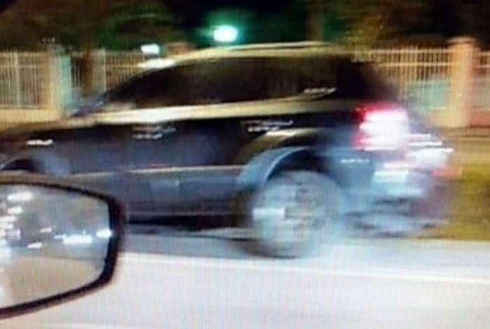 Carro trafegava na pista central sentido Guaratiba da Avenida das Américas quando foi abordado