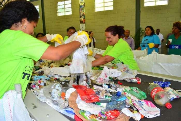 Lixo recolhido nas casas é levado para cooperativas de reciclagem, que fazem a separação dos resíduos