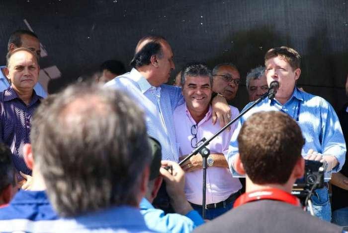 O governador Pezão esteve presente na cerimônia de retomada das obras ao lado de Reis e do presidente da Cedae, Jorge Luiz Ferreira Briar