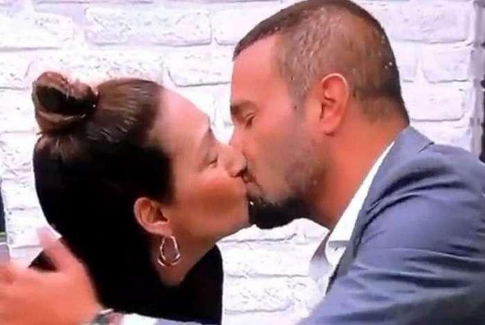 Sônia Abrão dá beijão em Rodrigo Phavanello