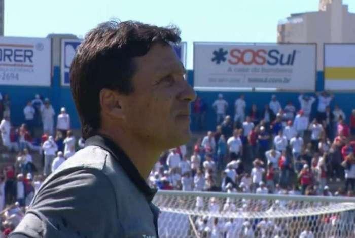 Zé Ricardo ficou visivelmente chateado após o gol do Paraná