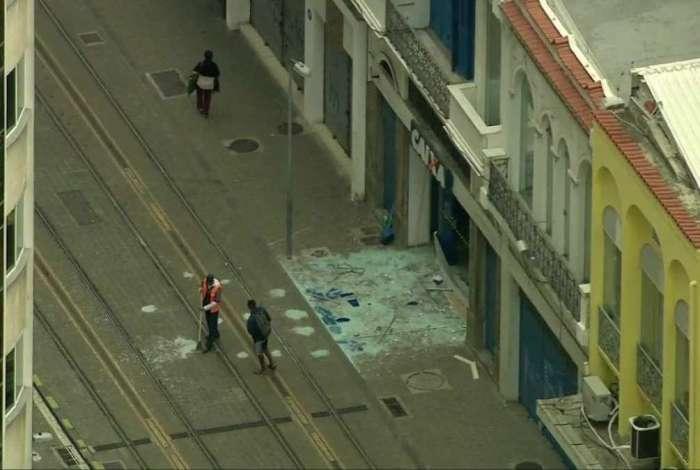Bandidos explodiram agência da Caixa na Rua Sete de Setembro, no Centro do Rio