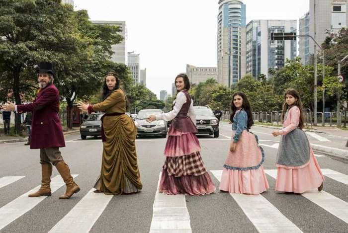 Dom Sabino ( Edson Celulari ), Agustina ( Rosi Campos ), Marocas ( Juliana Paiva ), Nico ( Raphaela Alvitos ) e Kiki ( Nathalia Rodrigues ) da novela 'O Tempo Não Para'