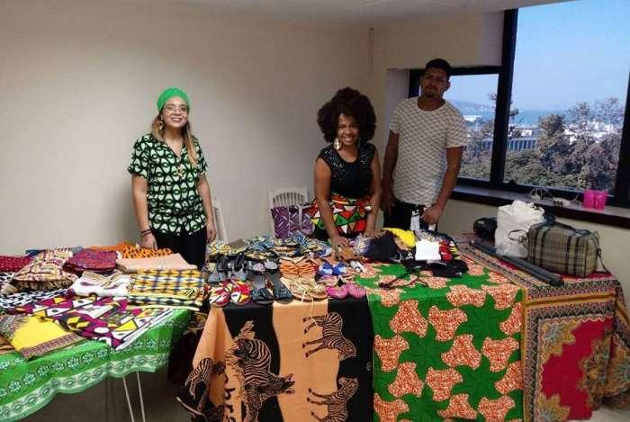 Débora Zambi (à esquerda) batizou a marca com o sobrenome de origem africana. Jojo Todynho é umas das clientes da BelÁfrica