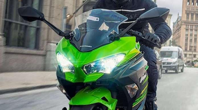 A Ninja 400 tem farol duplo em Full-LEDs e para-brisa ajust�vel