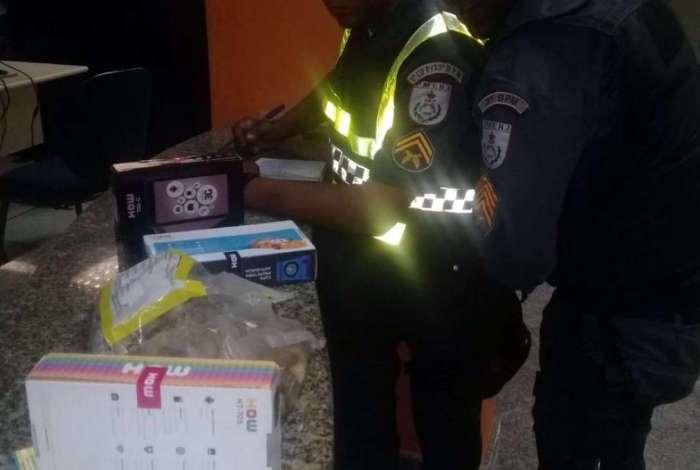 Policiais conseguiram recuperar o que foi roubado do estabelecimento