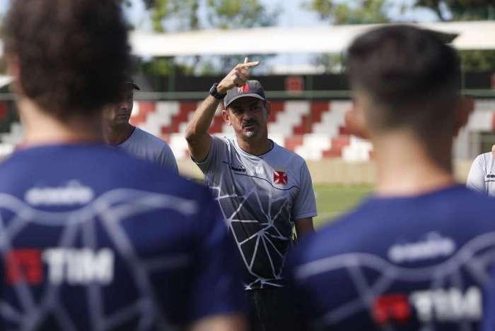Valdir Bigode é o técnico interino do Vasco