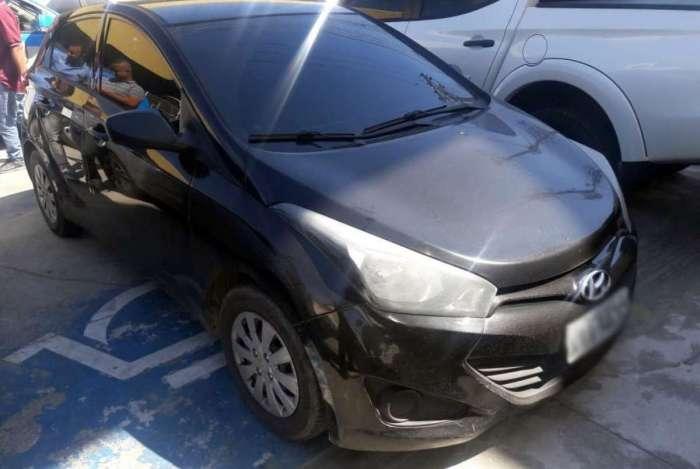 A vítima teve seu carro roubado e também foi levada pelos bandidos
