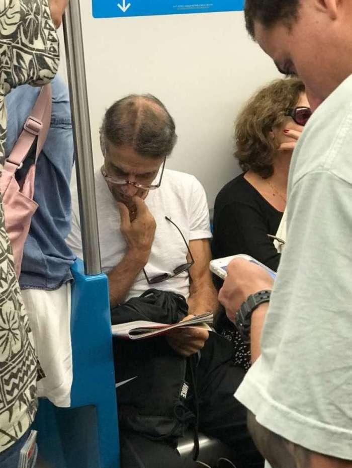 O ator Mário Gomes no metrô do Rio